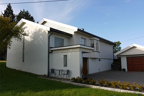 Tilbygg til bolig med nytt inngangsparti og garasje